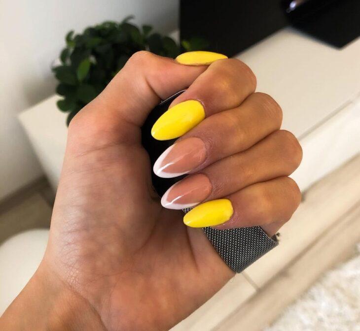 60 ideias para inovar na aparência das suas unhas com esmalte amarelo - 48