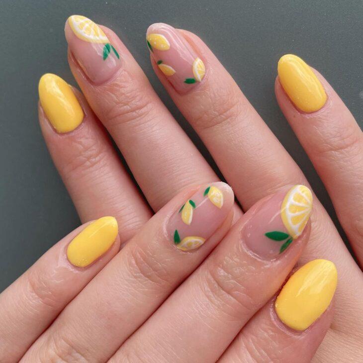 60 ideias para inovar na aparência das suas unhas com esmalte amarelo - 49