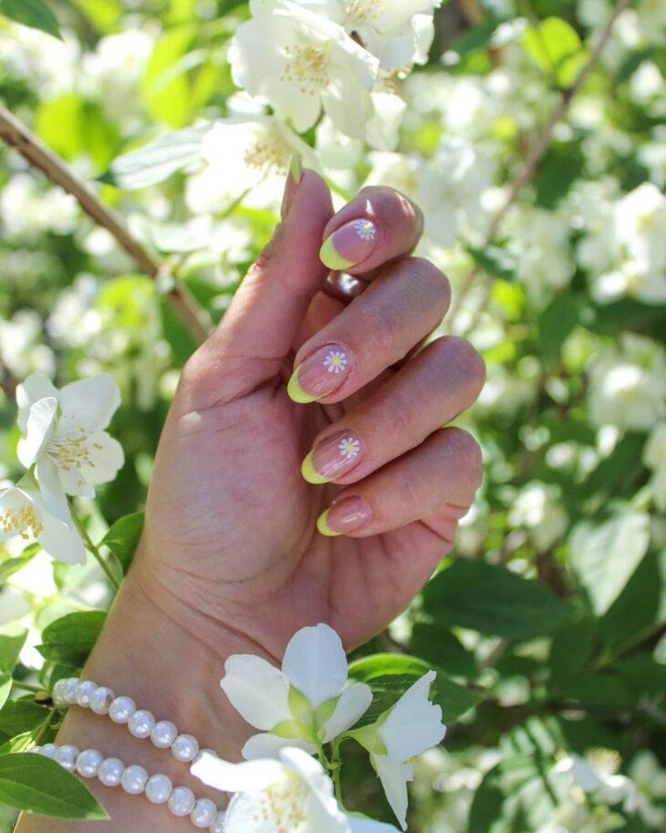 60 ideias para inovar na aparência das suas unhas com esmalte amarelo - 33