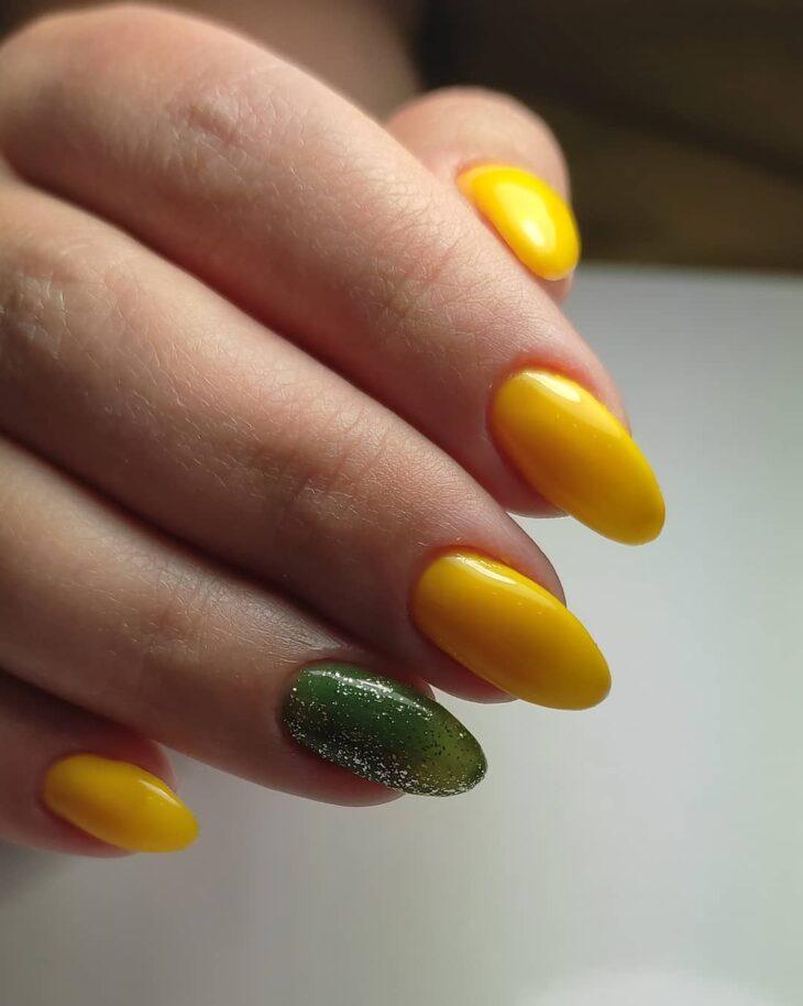 60 ideias para inovar na aparência das suas unhas com esmalte amarelo - 47