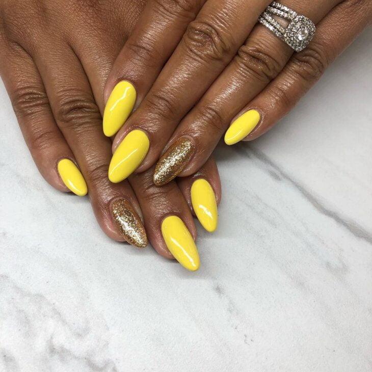 60 ideias para inovar na aparência das suas unhas com esmalte amarelo - 46