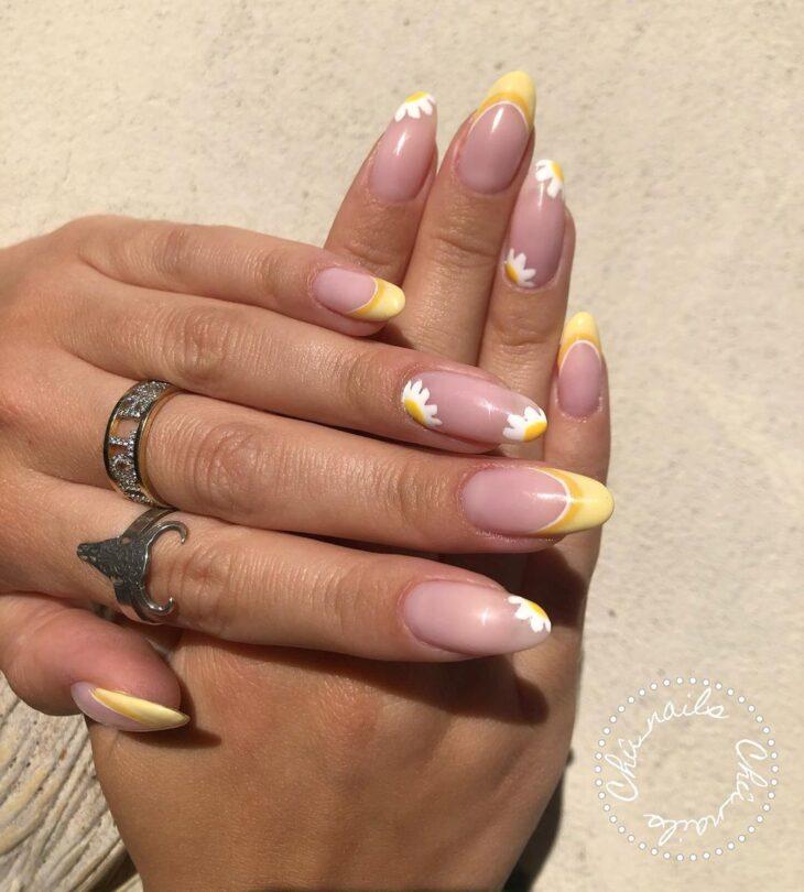 60 ideias para inovar na aparência das suas unhas com esmalte amarelo - 38