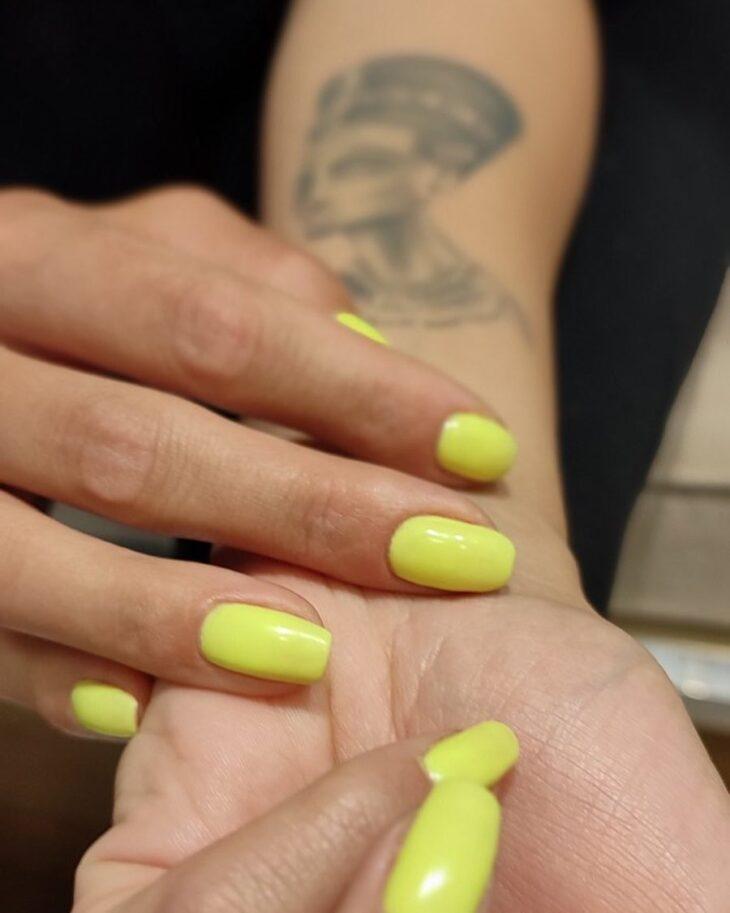 60 ideias para inovar na aparência das suas unhas com esmalte amarelo - 31