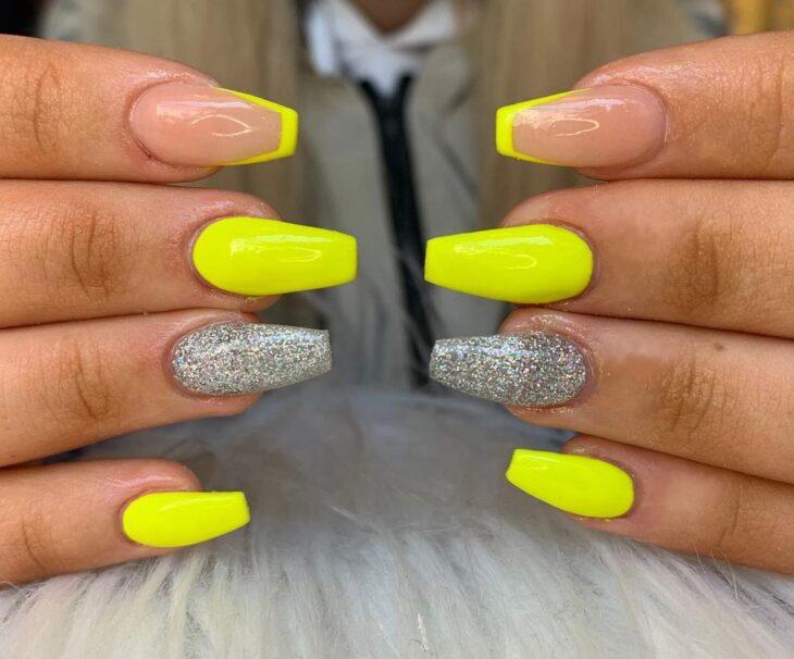 60 ideias para inovar na aparência das suas unhas com esmalte amarelo - 35