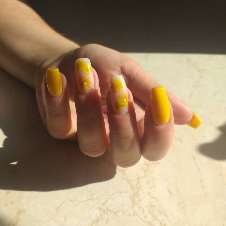 60 ideias para inovar na aparência das suas unhas com esmalte amarelo - 42