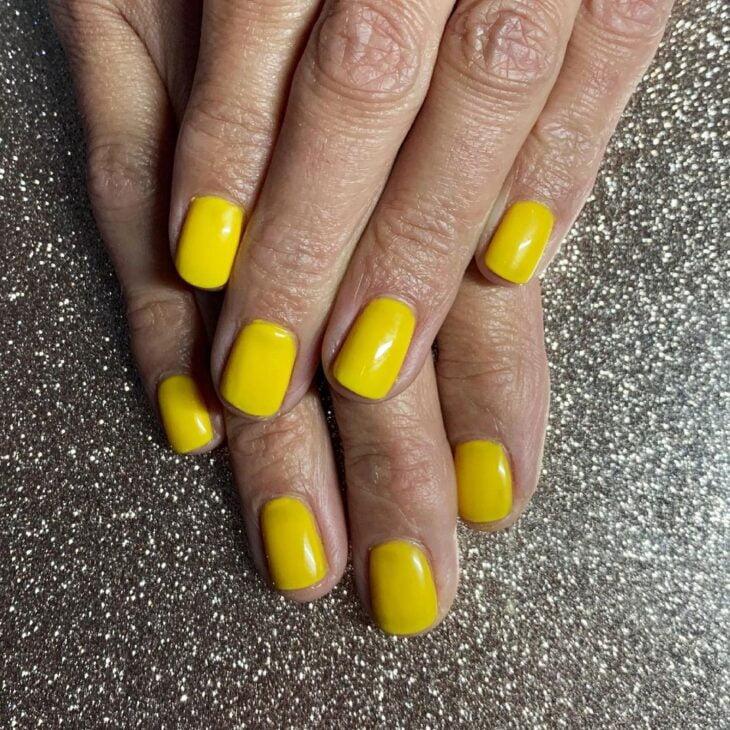 60 ideias para inovar na aparência das suas unhas com esmalte amarelo - 64