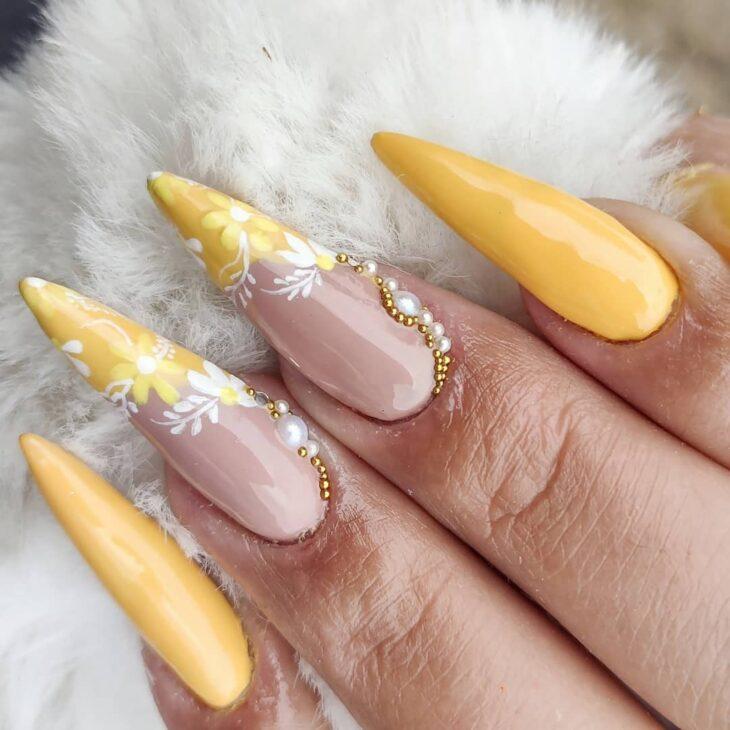 60 ideias para inovar na aparência das suas unhas com esmalte amarelo - 37