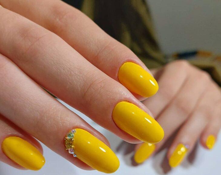 60 ideias para inovar na aparência das suas unhas com esmalte amarelo - 34