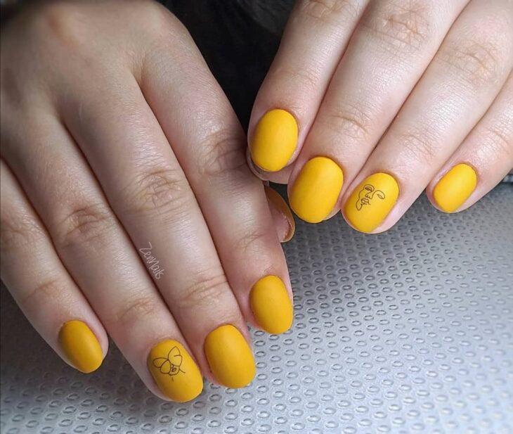 60 ideias para inovar na aparência das suas unhas com esmalte amarelo - 36