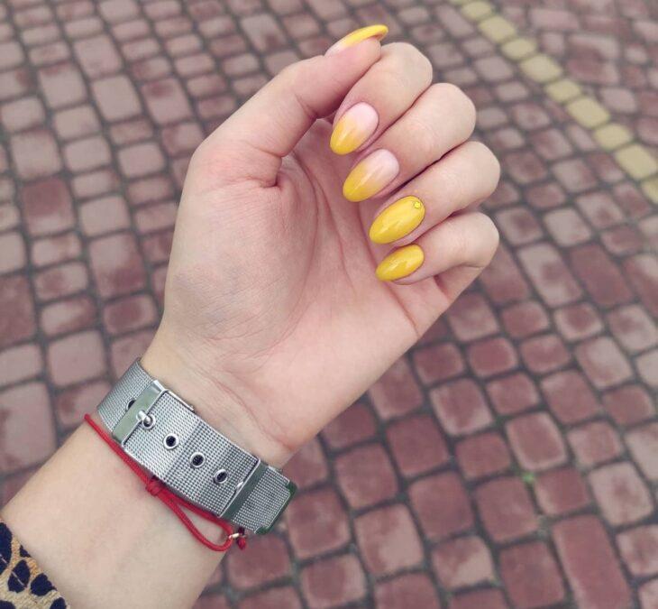 60 ideias para inovar na aparência das suas unhas com esmalte amarelo - 12