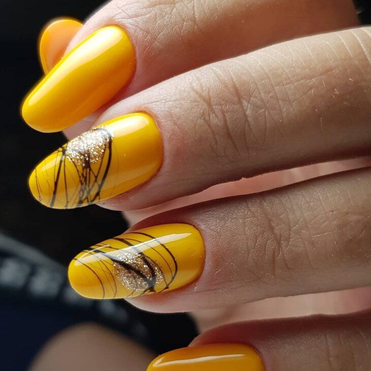 60 ideias para inovar na aparência das suas unhas com esmalte amarelo - 15