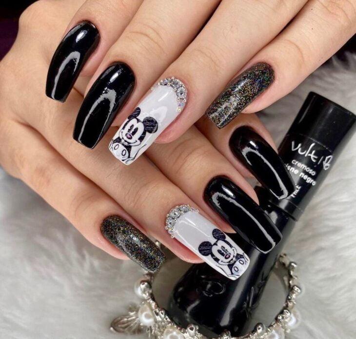unhas decoradas em preto e branco 44