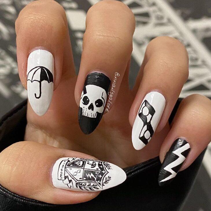 unhas decoradas em preto e branco 52