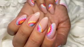 30 fotos de unhas tie dye para fazer uma nail art psicodélica