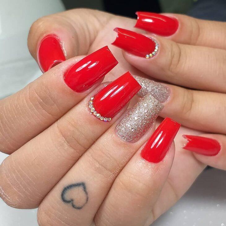 unhas vermelhas com glitter 43